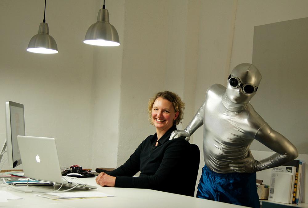 Silverman, der Held der Bremer Kreativwirtschaft und Maskottchen des Klub Dialog e.V. , zu Besuch in der Friesenstraße